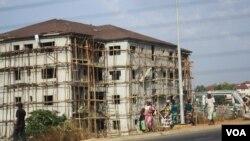 Vue sur Abuja, le 9 mars 2013 (C. Oduah/VOA)