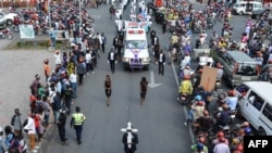 Des militants du mouvement de la société civile, Lutte pour le changement (Lucha),à la procession funéraire de l'activiste congolais pro-démocratie, Luc Nkulula, à Goma, le 14 juin 2018.