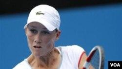 Petenis Australia Samantha Stosur mengembalikan bola lawannya Svetlana Kuznetsova dari Russia dalam turnamen Sydney International di Sydney, Australia, hari Selasa (11/1).
