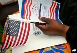 Untuk menjadi Warga Negara AS, seorang penduduk tetap yang sah (pemegang kartu hijau) harus lulus ujian naturalisasi. (Foto: ilustrasi).