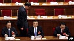 Ông Bạc Hy Lai đi phía sau ông Chu Vĩnh Khang, người đứng đầu ủy ban chính pháp, Phó thủ tướng Lý Khắc Cường, và người đứng đầu cơ quan tuyên truyền Lý Trường Xuân