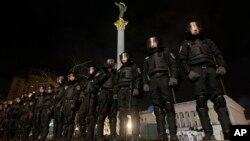Cảnh sát chống bạo động Ukraina phong tỏa Quảng trường Độc Lập ở trung tâm Kyiv, ngày 30 tháng 11, 2013.