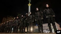 Pripadnici ukrajinske specijalne policijeboliraju Trg nezavisnosti u centru Kijeva