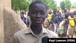 Avec la cantine scolaire Rafiatou Boutchétchia, élève en classe de CM1, n'arrive plus en retard à l'école les après-midis à l'EPP Louanga, Togo, 23 mai 2017. (VOA/Kayi Lawson).