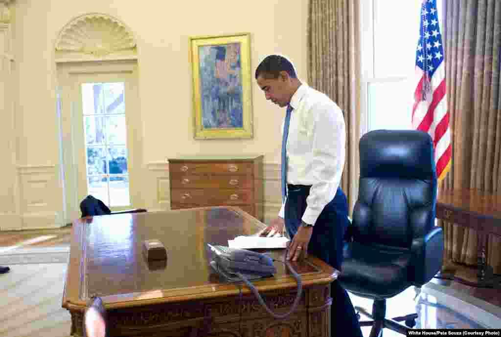 Le premier matin d'Obama dans le bureau oval en tant que président des Etats-Unis, le 21 janvier 2009. (White House/Pete Souza)