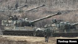 미한연합훈련 '키 리졸브' 연습이 진행 중인 가운데, 12일 한국 경기도 파주시의 접경지역에서 한국군 K-55 A1 자주포가 GPS 교란작전을 대비해 방열 훈련을 하고 있다.