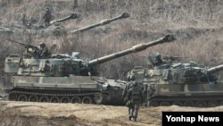 지난해 3월 미-한 연합 키 리졸브 훈련이 진행 중인 가운데, 12일 한국 경기도 파주시의 접경지역에서 한국군 K-55 A1 자주포가 GPS 교란작전을 대비해 방열 훈련을 하고 있다.