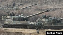 지난해 3월 한국 파주시의 접경지역에서 미-한연합훈련 '키 리졸브' 연습이 진행 중인 가운데, 한국군 K-55 A1 자주포가 GPS 교란작전을 대비해 방열 훈련을 하고 있다.