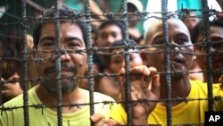 Filipino inmates remain in their cell at the North Cotabato District Jail in Kidapawan city, Cotabato Province, southern Philippines, after a massive jailbreak, Jan. 4, 2017.