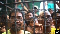 Para tahanan Filipina berada dalam sel mereka di penjara distrik Cotabato Utara di Kidapawan, provinsi Cotabato, Filipina Selatan, pasca pembobolan penjara, 4 Januari 2017 (AP Photo)