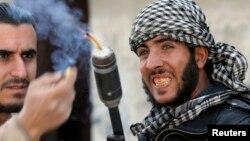 Rebeldes sirios combaten a tropas gubernamentales en un barrio de Damasco.