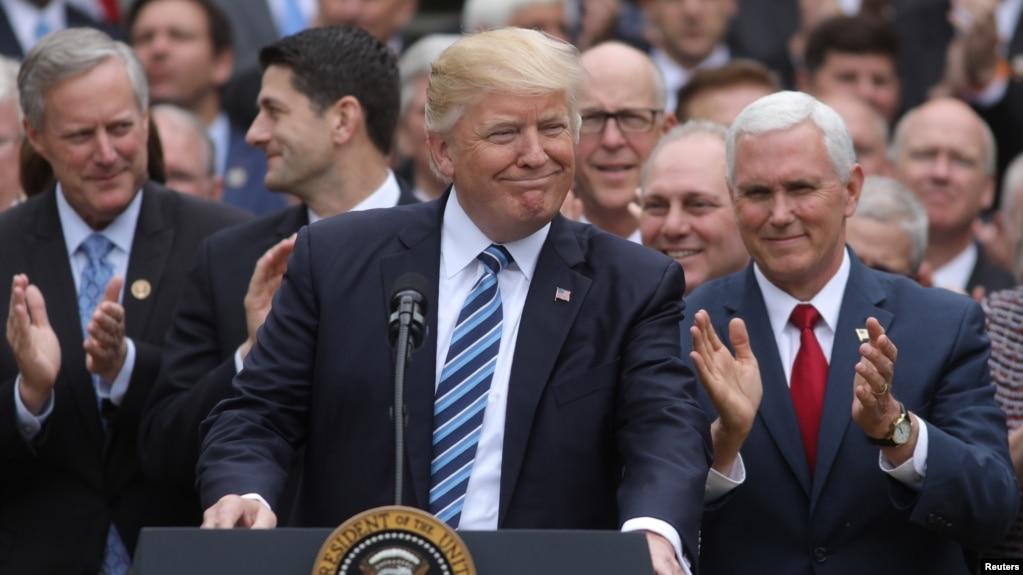 El presidente Donald Trump, el vicepresidente Mike Pence, derecha, junto a líderes republicanos de la Cámara de Representantes aseguran que este es el inicio del fin de Obamacare.
