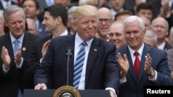 El presidente Donald Trump (centro), el vicepresidente Mike Pence (derecha), y líderes republicanos de la Cámara de Representantes aseguran que este es el inicio del fin de Obamacare.