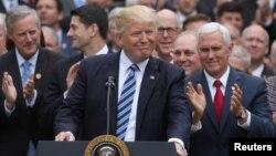 Las declaraciones de Trump fueron una crítica sorpresiva a la medida redactada por los republicanos de la cámara baja, por cuya aprobación luchó el mandatario, y por su aprobación, celebró a lo grande.