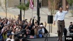 Presiden Obama saat akan memberikan pidato di markas besar General Motors, di Detroit, Michigan pada peringatan Hari Buruh (5/9).