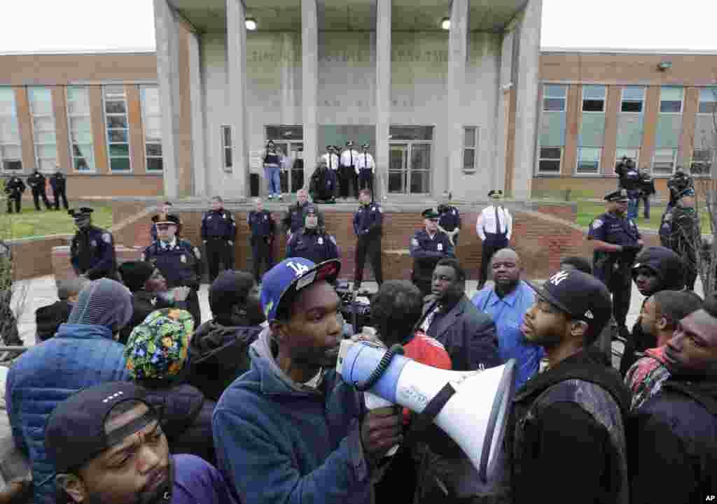 Baltimorda polisin zorakılığına qarşı nümayişlər keçirilir