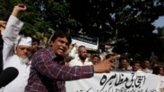 Pakistani journalists chant slogans during a protest against the attack on television anchorperson Hamid Mir, outside the press club in Karachi April 20, 2014. Unknown gunmen on motorcycles opened fire and injured a reporter and television anchorperson Mi