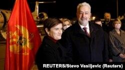 Premijer Crne Gore Zdravko Krivokapić i premijerka Srbije Ana Brnabić na aerodromu u Podgorici (Foto: REUTERS/Stevo Vasiljevic)