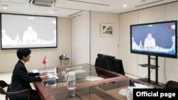 စကၤာပူ-ျမန္မာ သေဘာတူညီခ်က္ကို စကၤာပူနိုင္ငံဘက္က ဝန္ႀကီးခ်ဳပ္႐ုံး ဝန္ႀကီး နဲ႔ ဘ႑ာေရး ဒု ဝန္ႀကီးအျဖစ္ တာဝန္ယူထားတဲ့ Indranee Rajah က အသိသက္ေသအျဖစ္ေဆာင္ရြက္ၿပီး ဗီြဒီယိုက တဆင့္ လက္မွတ္ေရးထိုး (ဓါတ္ပံု-Infrastructure Asia (IA)