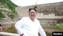 El líder norcoreano Kim Jong Un sonríe durante su visita a la subdesarrollada Orangchon Power Station en esta foto sin fecha publicada por la Agencia de Noticias Coreana de Corea del Norte en Pyongyang, el 17 de julio de 2018.