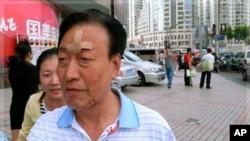 一名受傷乘客9月27日走出上海老西門地鐵站