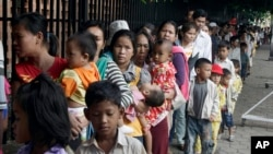 Cambodian villagers for countryside line up as wait for a medical check-up outside the children hospital of Kuntha Bopha, in Phnom Penh, file photo.