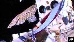 Один из космонавтов с олимпийским факелом в руках в открытом космосе за пределами МКС. 9 ноября 2013 г.