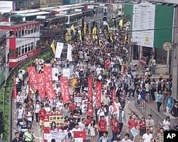 游行示威行进中,记者估计人数近两千