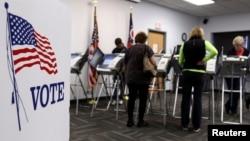 Pemilih AS memberikan suara pada pilpres AS tahun 2012 di kota Medina, negara bagian Ohio (foto: dok).