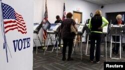 Para pemilih AS di Medina, negara bagian Ohio memberikan suara lebih awal dalam Pilpres tahun 2012 (foto: dok).