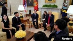 Presiden Donald Trump menerima para pelarian Korea Utara di Gedung Putih, Jumat (2/2).