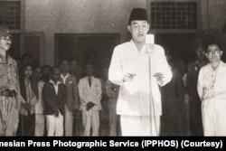 Ir. Soekarno membacakan teks Proklamasi kemerdekaan Indonesia, 17 Agustus 1945. (Foto: Indonesian Press Photographic Service (IPPHOS)/Perpustakaan Nasional Indonesia)