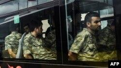 Para anggota tentara Turki yang diduga ambil bagian dalam kudeta yang gagal tiba di pengadilan Istanbul 20 Juli 2016 (foto: dok).