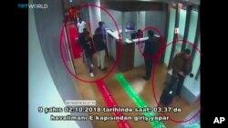 اس تصویر میں مبینہ سعودی انٹیلی جنس اہلکار استنبول ہوائی اڈے سے باہر آ رہے ہیں