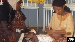 Un bébé est soigné pour malnutrition à l'hôpital de Maroua, dans le nord du Cameroun, le 10 août 2010. ( AFP Photo/ Reinnier Kaze)