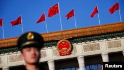 北京人民大会堂与武警战士(资料照片)