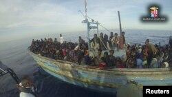 Marinha italiana salvando migrantes ilegais em Maio 2015