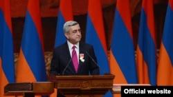 Ermenistan Cumhurbaşkanı Serj Sarkisyan, Moskova'da Avrupa Birliği'yle ilişkiler açısından oldukça tartışmalı bir karara imza attı.