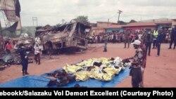 Des corps gisent à côté du bus qui s'est écrasé en RDC, le 20 octobre 2019.