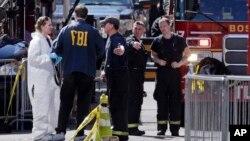 Vatrogasci i FBI agenti na mestu eksplozije u Bostonu