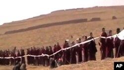 藏族喇嘛手持哈达给彭措送葬