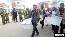 Nhân viên của ủy ban bầu cử Bangladesh di chuyển các thùng phiếu đi nơi khác khi nghe tin có thể xảy ra một vụ tấn công, 5/1/14