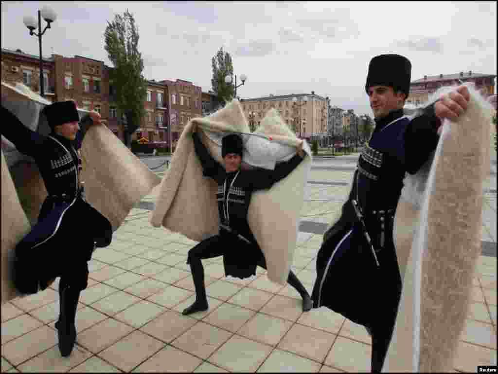 روس کے روایتی رقص چیچن پیش کرتے ہوئے ایک منظر۔