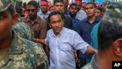 Le président de l'archipel des Maldives, Yameen Abdul Gayoom, entouré de ses gardes du corps arrive à Malé, 3 février 2018.