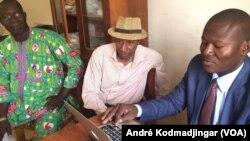 De gauche à droite: Belngar Larmé Laguerre président de l'UJT, Samory Ngaradoumbé, président de l'EAPT et Mekondo Sony, président de l'URPT à N'Djamena, au Tchad, le 19 février 2018. (VOA/André Kodmadjingar)