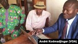 De gauche à droite: Belngar Larmé Laguerre président de l'UJT Samory Ngaradoumbé, président de l'EAPT et Mekondo Sony, président de l'URPT à N'Djamena, au Tchad, le 19 février 2018. (VOA/André Kodmadjingar)