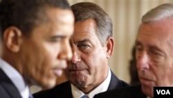 Presiden AS Barack Obama berbicara dengan anggota Kongres Demokrat, Steny Hoyer disaksikan Ketua DPR John Boehner (foto: dok.).