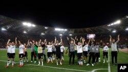 لیورپول تاکنون پنج بار و ریال مادرید ۱۲ بار قهرمان این جام شده اند.