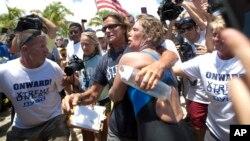 Diana Nyad dipeluk warga AS yang menunggunya di Pantai Key West, Florida setelah menyelesaikan renang dari Kuba ke Florida (2/9).