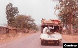 Xe đò trên xa lộ nối liền nam bắc Togo (Ảnh: Bùi Văn Phú)